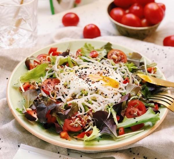 nudel_Zuccini_nest_auf_einem-Salat_bett-768x700