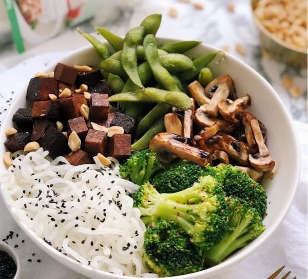 Asiatische_Nudel_bowl-771x700